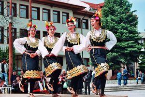 De Bulgaarse volksdansen hebben een heel nauwe band met de traditionele Bulgaarse muziek en vormen een uniek en eigen onderdeel van de Bulgaarse cultuur. Een groot verschil met de volksdansen uit andere delen van de wereld is dat men bij deze dansen enorme verschillen heeft bij de muziek die de dans begeleidt. Zo zijn ze gevarieerde combinaties van zeer snelle en zeer trage tempo's. Dit leidt gevarieerde dansstijlen die niettemin zeer uniek zijn en enorm leuk om te bekijken en zelfs om zelf…