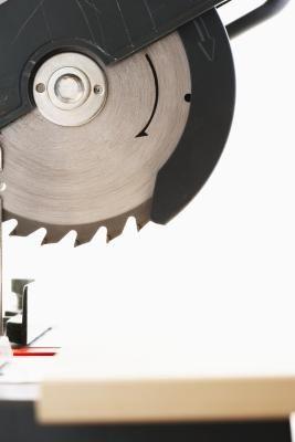 Como fazer uma base angulada nos cantos internos com uma serra de mitra | eHow Brasil