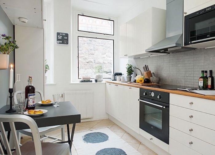 petite cuisine équipée, aménagement de cuisine avec meubles blancs et crédence à motifs briques gris