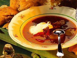 Gulaschsoppa är en varmande kött- och potatissoppa som passar perfekt till mysiga höstkvällar. Visste du att gulaschsoppa är en svensk variant av Ungerns nationalrätt Gulasch?