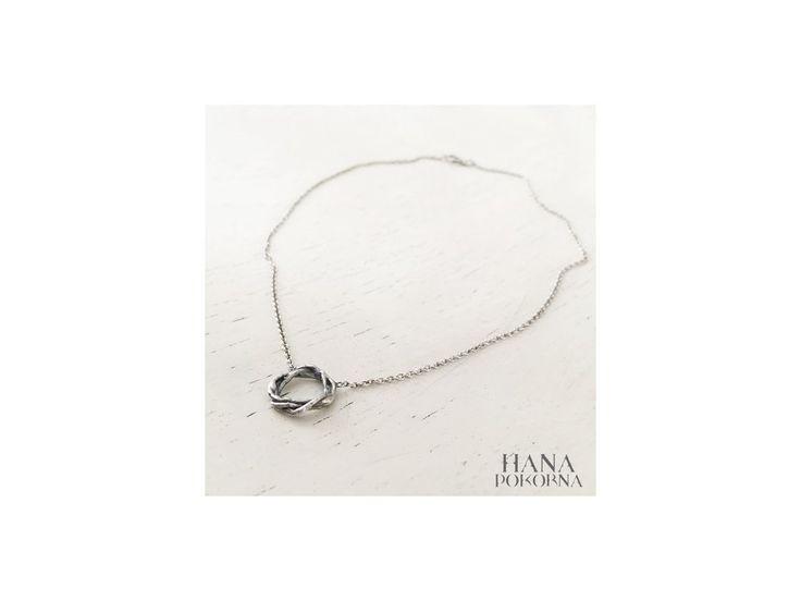 Náhrdelník Hana Pokorná řeč stromů. Náhrdelník z kolekce Řeč stromů je jemným a elegantním šperkem. Proplétající větvičky symbolizují spojení, kruh, dialog přírody. Parametry : PRŮMĚR: 1,4 cm DÉLKA: 42 cm MATERIÁL: stříbro 925 v patinovaném provedení VYROBENO: ČR Zdroj, foto a design: Hana Pokorná