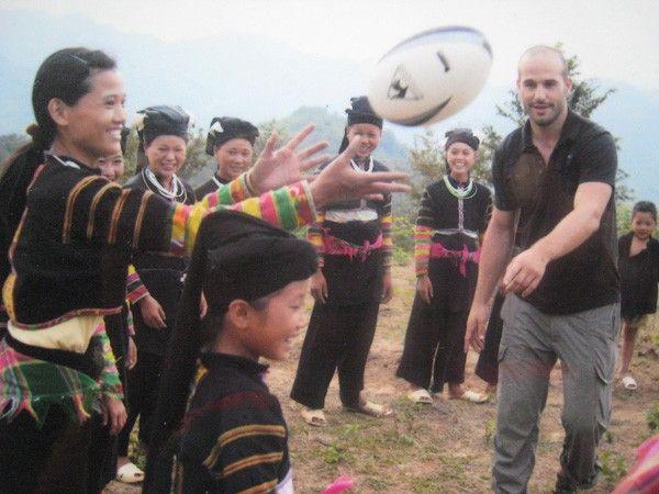"""Les Lolos noirs à Cao Bang Vietnam et le rugbyman Frédéric Michalak, dans l'émission """"A la rencontre des Lolos noirs"""" de France 2"""
