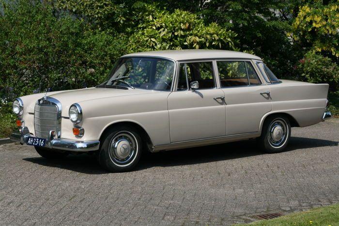 Mercedes-Benz - 230 6 cilinder (W110) - 1967  Bijzonder mooie ivoor witte Mercedes Benz 230 w110De kilometerstand staat op 17000. mijlAfkomstig uit Richmond CalifornieGezien de onderhoudsboekjes en zeer goede staat van de auto is het zeer aannemelijk dat de tellerstand niet meer dan 117000 mijl bedraagt.Zowel het interieur als het exterieur is in onberispelijke staat. De auto heeft grotendeels zijn eerste lak en heeft geen roest.Het chroomwerk ziet er zeer netjes uit.De auto heeft een apk en…
