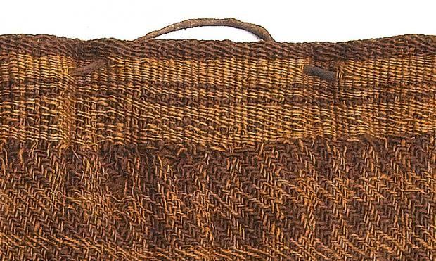 Farvet tøj blev pludselig moderne i den tidlige jernalder. Det viser opsigtsvækkende danske analyser af tekstiler fra moselig  Skørtet - detalje af linning.