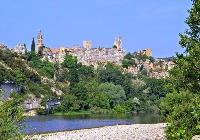 Aiguèze perché sur son nid d'aigle, c'est un village médiéval superbement restauré à la sortie des gorges de l'Ardèche.