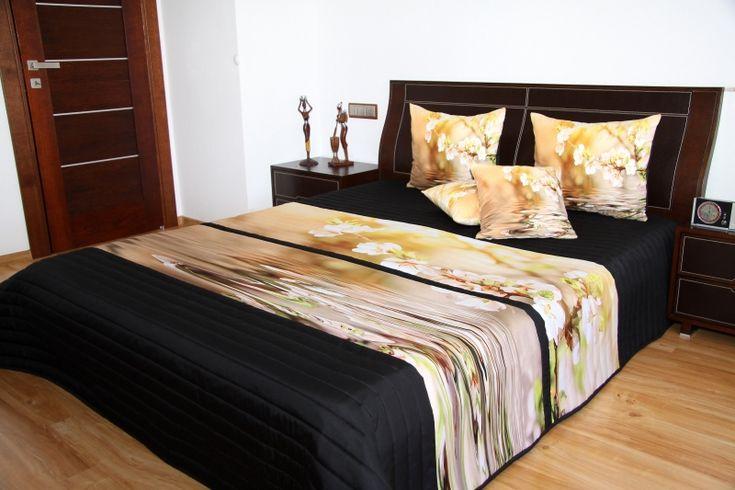 Czarne narzuty na łóżka z kwiecistym konarem