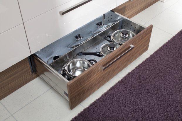 Brakuje ci miejsca na przechowywanie w kuchni? Mamy 12 pomysłów na kuchenne schowki. Zaoszczędzisz miejsce i pomieścisz wszystkie sprzęty i naczynia.