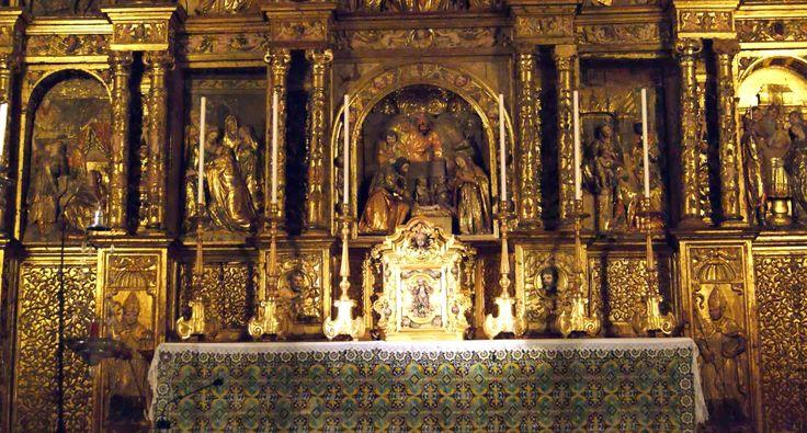 En el banco aparecen los Padres de la Iglesia: San Jerónimo, San Ambrosio, San Agustín y San Gregorio. En el primer cuerpo, relieves policromados de escenas de la vida de la Virgen: Anunciación, Visitación, Natividad, Adoración de los Magos y Presentación en el templo.