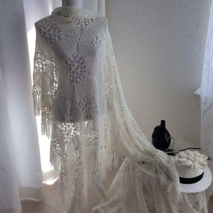 Sjaal gehaakt in wit. Shawl crochet white. Wrap, temporarily discounted from 138,95 now 125.00 Euro. Wedding shawl. Triangle Shawl. Accessories marriage. Fashion, omslagdoek, ponchos, bruidssjaal. Summer Shawl.