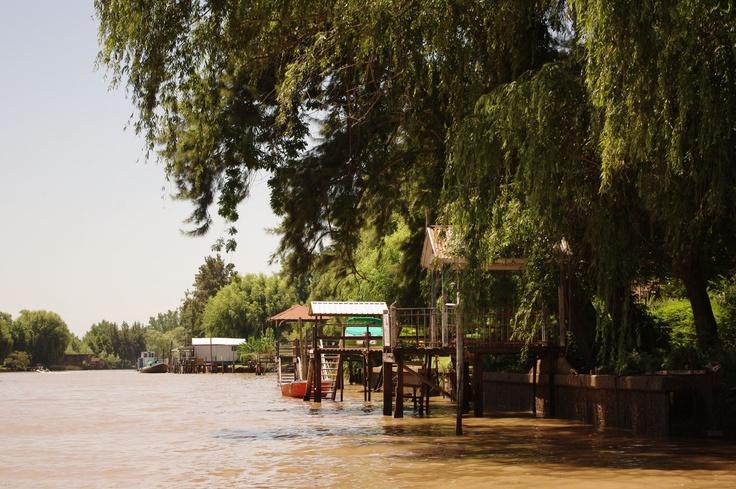 Et Tigre. C'est une ville d'environ 30 000 habitants située sur l'estuaire du rio de la Plata. Entre Uruguay et Argentine...