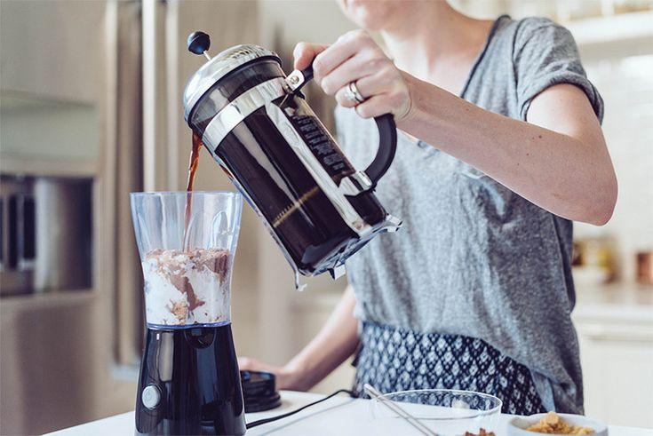 Как вам идея выпить холодного кофе на кокосовом молоке, чтобы взбодриться? И не просто какого-то там кофе, а по рецепту сети кофеен Starbucks. Освежающий, бодрящий и очень вкусный напиток. То, что нужно для осеннего воскресного утра.