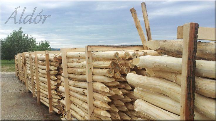 Kérgezett akác oszlopok, kerítésoszlop
