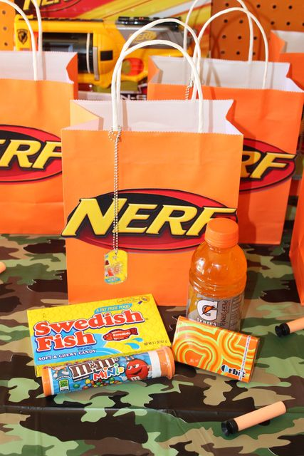 Nerf Party - Goodie Bag. Like the orange bag, the dog tag, a cup labeled with guests' names,