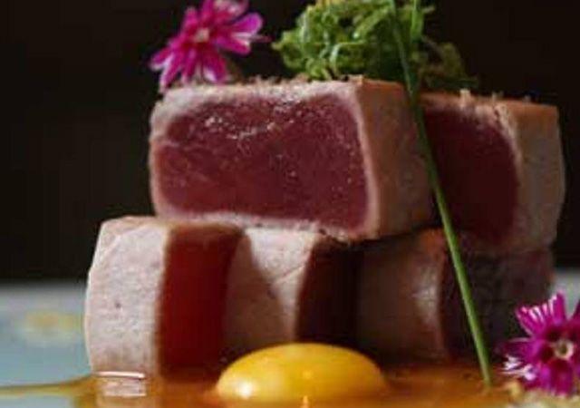 Maguro nuta - atum com molho de missô    Peixe levemente selado na chapa e molho picante