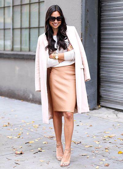 ペールピンク色チェスターコート×タイトスカートの大人可愛いコーデ(レディース)海外スナップ | MILANDA