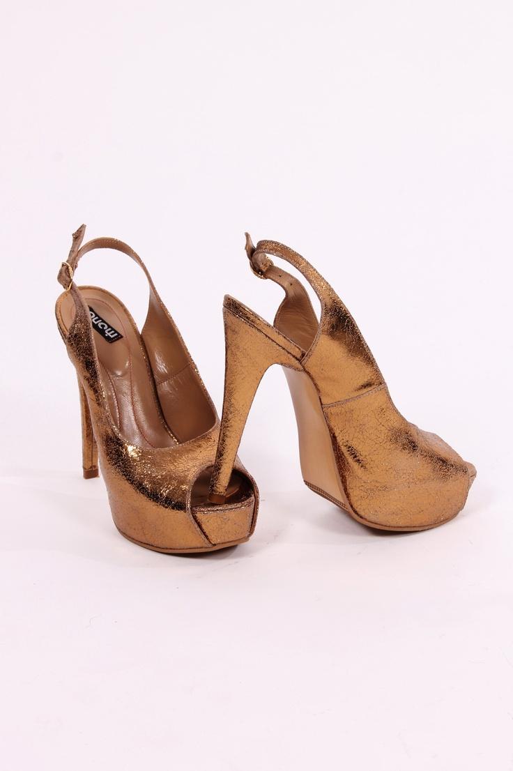 http://www.myfashionizer.ro/rochii-elegante/pantofi-online-aurii