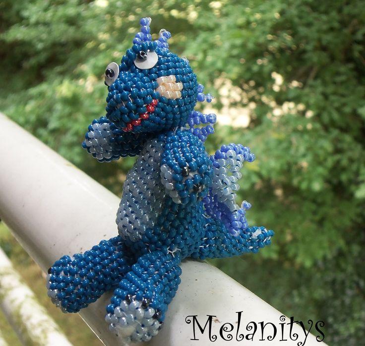Un beau dragon bleu en tissage peyote. Les explications proviennent du site suivant: http://biser.info/node/271181