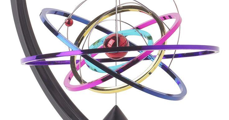 """Como desenhar um átomo. O átomo não é a menor parte da matéria. Há partículas menores chamadas """"Quarcks"""", mas ele é uma das formas mais simples de se desenhar em um papel. O refinado modelo de um átomo de Bohr, mostra o núcleo cercado por anéis (ou camadas) de elétrons. Cada camada pode ter uma subcamada."""