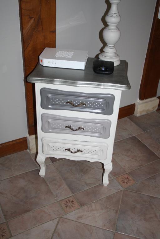les 25 meilleures id es concernant tables de chevet peintes sur pinterest plateaux de table. Black Bedroom Furniture Sets. Home Design Ideas