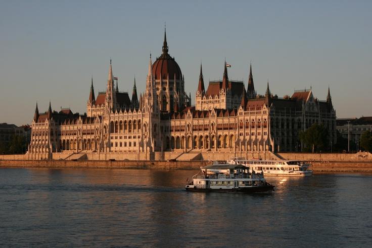 Le Parlement hongrois, inauguré au début du XXe siècle, sur la rive orientale du Danube à Budapest — juillet 2011