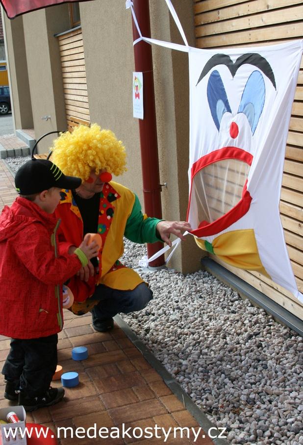 Šašek - aktivní hra pro děti Šašek - aktivní hra pro děti - nová Principem hry je házení do šaškovi pusy balónky. Vhodné na tábory, dětské dny, dny otevřených dveří pro děti, školky, jesle, mateřská centra, oslavy narozenin a různé dětské akce. Materiál textil, každý kousek je originál šitý precizní českou krejčovou, barevnost a přesné provedení se ...