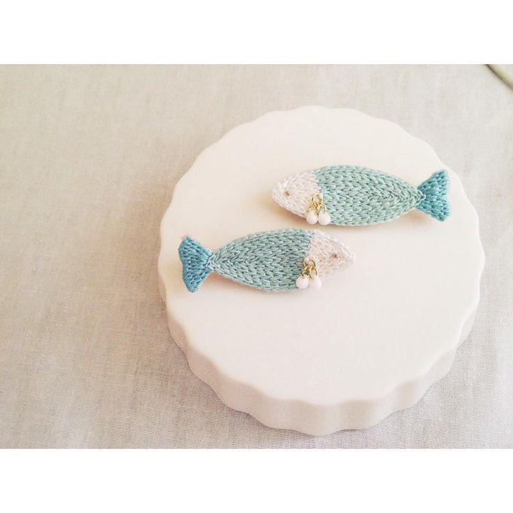 オーダーいただいた お魚のヘアゴムのブローチバージョン✨ ブローチも可愛いなあ . #刺繍 #ハンドメイド #アクセサリー #ブローチ #brooch #embroidery #handmaid #accessory #ricamopoco