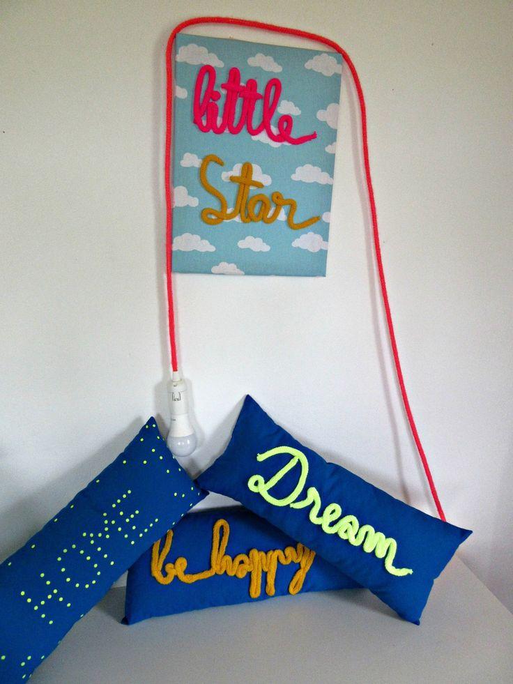 Coussin bleu et jaune fluo tricotin DREAM : Textiles et tapis par lili-fee-des-bulles
