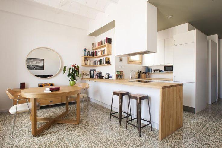 Nel centro di Barcellona un appartamento firmato Nook Architects. Zona giorno a pianta aperta per la Casa Jes disegnata per una giovane coppia. I mobili della cucina disegnati su misura sono costituiti da pannelli in compensato dipinto di bianco e legno naturale non trattato.