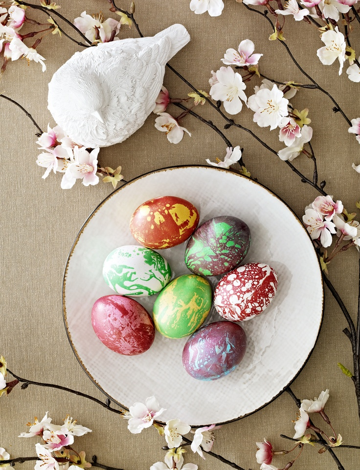 Easter Eggs dyed & decorated with dye mixed with a tbsp of oil. // Photo by Csaba Villányi, Styling by Zsófi Szigeti // Published in Éva Magazine, evamagazin.hu