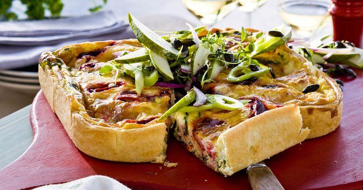 Bjud på en matig och god vegetarisk paj med rödbetor, chevre och topping av päron, paprika, rödlök och rostade pumpakärnor.