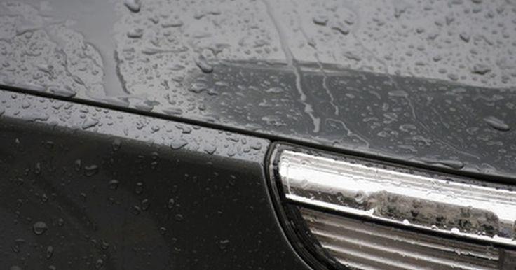 Como remover manchas de água em um carro. Água da chuva ou da lavagem podem deixar manchas em seu carro, que aparecem como anéis brancos na pintura ou nas janelas. A tentativa de removê-las com uma esponja molhada é infrutífera, pois elas exigem um agente de dissolução, de modo a soltar a substância que endurece. A solução de limpeza deve ter poder suficiente para eliminar as marcas de ...