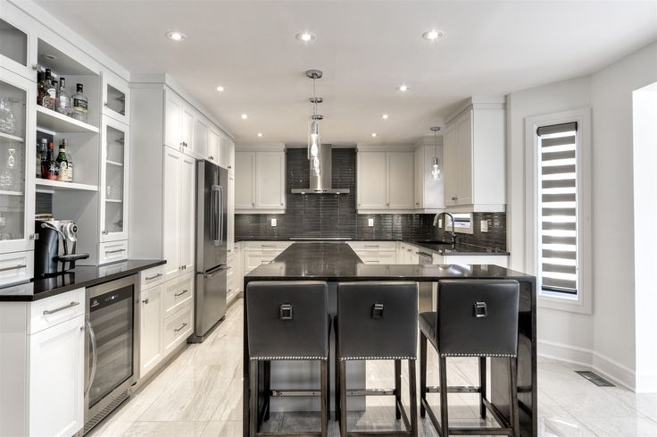 A fully renovated modern style kitchen, MDF kitchen cabinets in one piece, easy maintenance quartz countertops for a minimalist style, functional and robust.