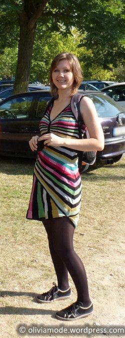 Olivia en robe rayée Desigual, baskets Lulu Castagnette