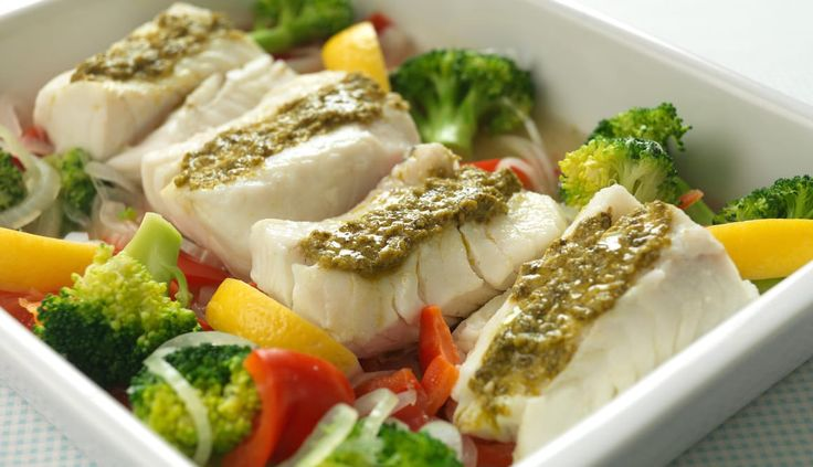 This Norwegian cod fillet is extra tasty smothered with pesto and baked in the oven with garlic, pepper and broccoli. A fresh, colourful meal for weekdays or parties.