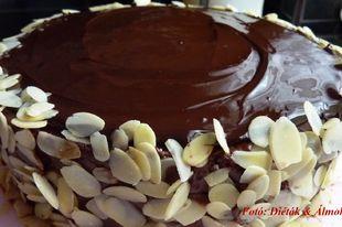 Jó kis triplacsokoládé torta! Egy tisztességes szelet még a cukorbeteg/IR-es szénhidrát diétás ebédjébe is beleférhet, mint desszert.