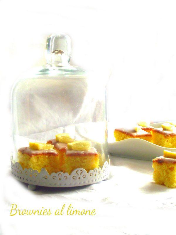 Piccoli e preziosi pasticcini , semplici da preparare ma deliziosi.http://lemporio21.blogspot.it/2014/12/i-brownies-al-limone-e-voglio-un-mondo.html