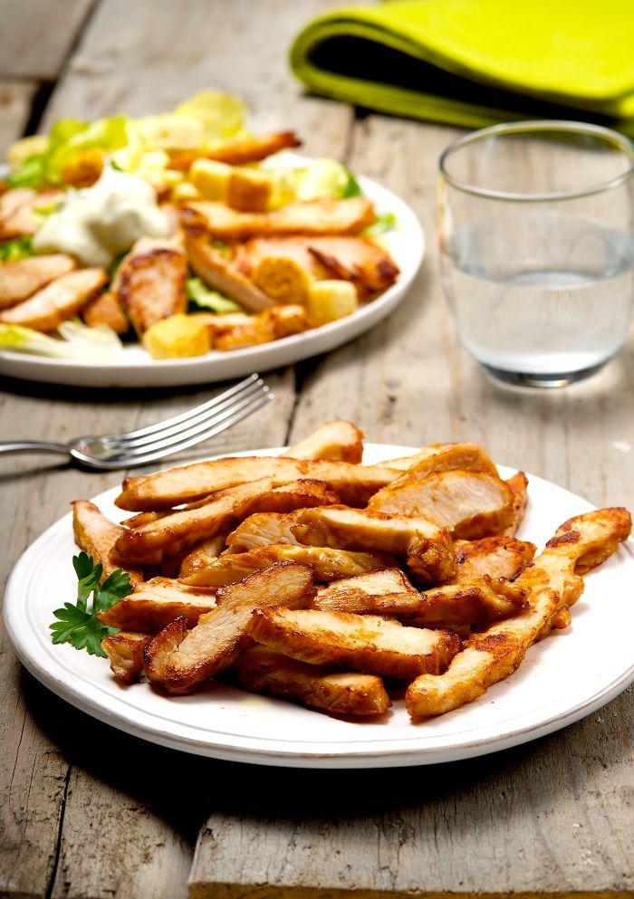Straccetti di pollo, ideali per qualsiasi secondo con verdure oppure da aggiungere nelle insalate con lattuga, scaglie di formaggio e salsa allo yogurt