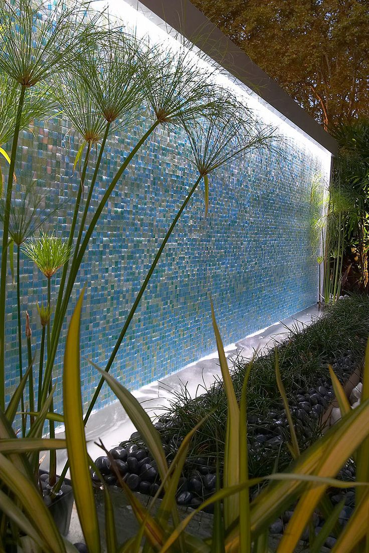 Illuminated water wall repined by www.claudiadeyongdesigns.com//*nota C: voortuin of aan carport?