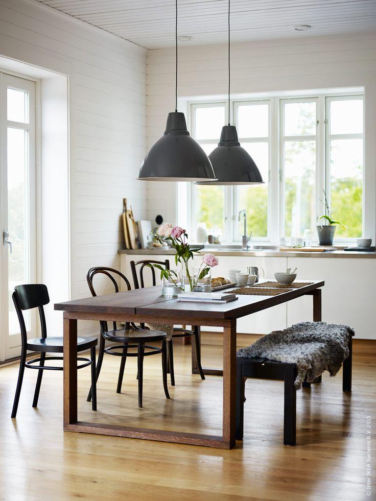 MÖRBYLÅNGA matbord ger plats åt många och det pågår olika aktiviteter kring dess alla hörn. Arbetsbord i ena änden och frukosthörna i andra. FOTO taklampa, BJURSTA bänk, IDOLF stol tillsammans med udda vintage stolar.