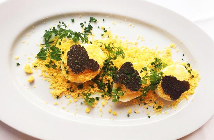 Œufs bio mimosa truffés à savourer en entrée au restaurant le River Café à Issy-les-Moulineaux (92130) #oeuf #bio #oeufmimosa #truffe