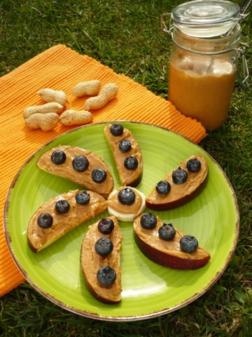 Ovoce s ořechovým máslem, veganská proteinová svačinka