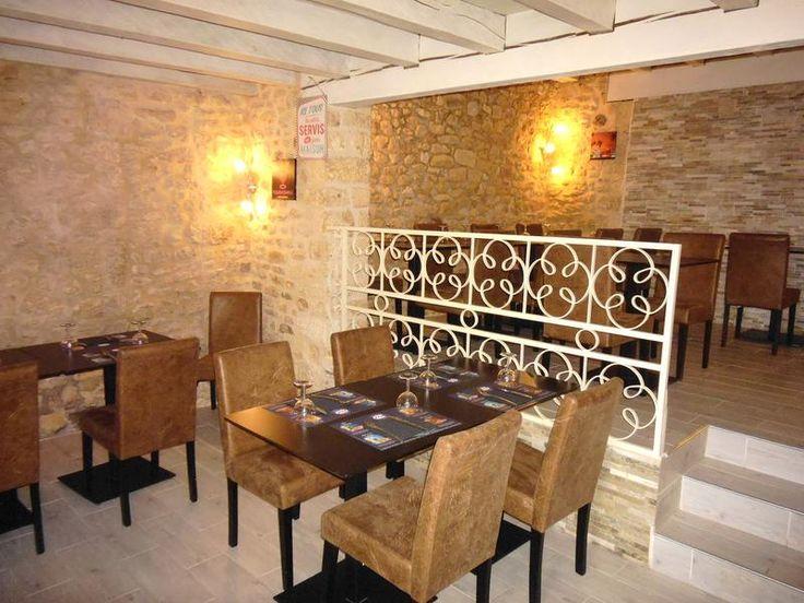 Situé dans l'un des plus beaux villages médiévaux de France, ce bar-restaurant est composé d'une salle à manger avec un design récent qui peut accueill...