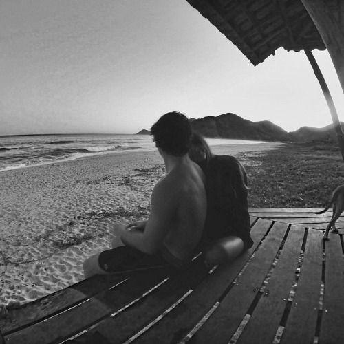 Chiudi gli occhi e ti senti per sempre così  Ancora qui fra le mie braccia  Per tutti e due basterebbe tornare fin qui Come onde di notte sulla spiaggia.(Mango, da Bella d'estate)