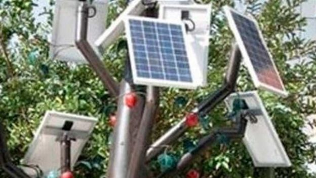 Diseñan estudiantes árbol eléctrico para cargar celulares.  El árbol artificial MeHai Tree permite una carga simultánea de 30 teléfonos celulares o siete computadoras portátiles.-Estudiantes mexicanos y haitianos diseñaron un prototipo de árbol artificial que proporciona energía solar y sería una alternativa en el uso de energías renovables. Los jóvenes de la carrera de Energías Renovables de la Universidad Tecnológica de Querétaro (Uteq) detallaron que el árbol se llama MeHai Tree.