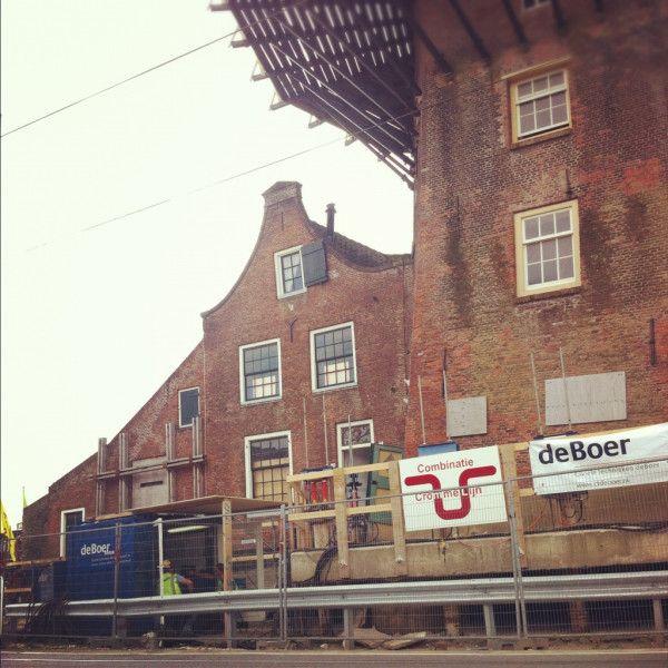 Foto van de andere zijde #molenstijgtop #Delft. In de blauwe container wordt gemonitord, betonnen plaat stijgt verder