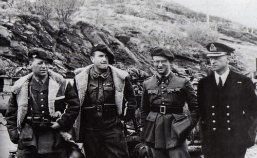 Picture taken in Narvik, Norway, during the successful franco-british expedition on 1940. On the left are two french officers of the alpine troops. The man with the glasses is a french captain of the Legion. On the right is a british navy officer.