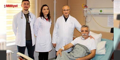 Pilimin bittiği yerde batarya oldular : Yaklaşık 20 gün önce yutma güçlüğü şikayetiyle doktora başvuran Ozan Arifin yemek borusunda tümöral kitle tespit edildi. Yapılan tetkiklerin ardından Ondokuz Mayıs Üniversitesi(OMÜ) Tıp Fakültesinde ameliyat edildi. Ameliyatı yemek borusu cerrahisinde Türkiyenin önde gelen isimlerinden olan OMÜ ...  http://www.haberdex.com/magazin/-Pilimin-bittigi-yerde-batarya-oldular-/108603?kaynak=feed #Magazin   #yemek #edildi #Mayıs #Üniversitesi(OMÜ) #Ondokuz