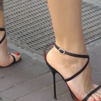 #legs #archfeet #blackmules #sexysoles #sexyfeet #girlsfeet #dangling #hotfeet #streetfeet #candidfeet #sweetfeet #lindospés #tacones #highheels #peeptoes