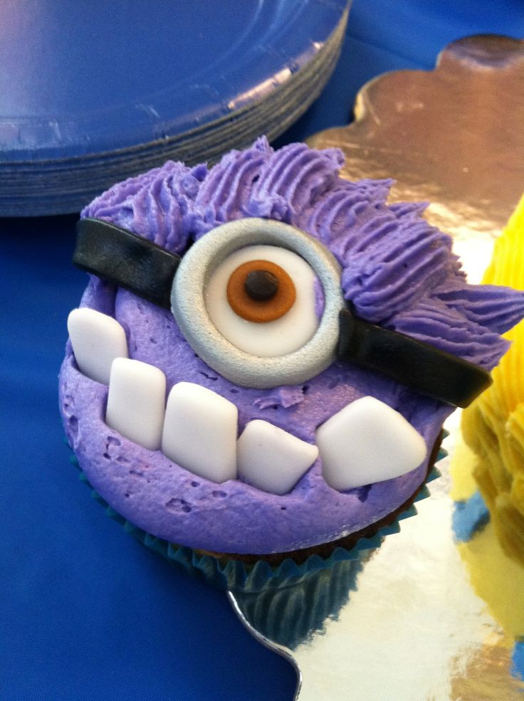 Evil Minion Cupcakes - bet I could do something close with candy instead of fondant