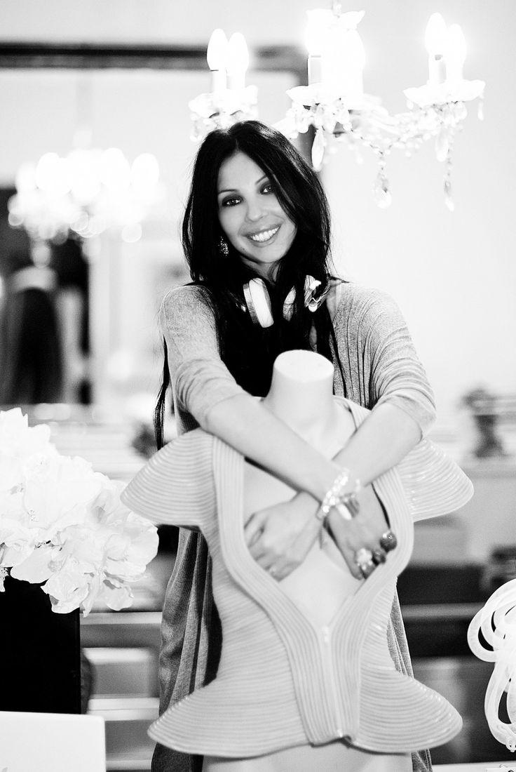 Ingrid Vlasov,black and white shot,mannequin shape,white headphones